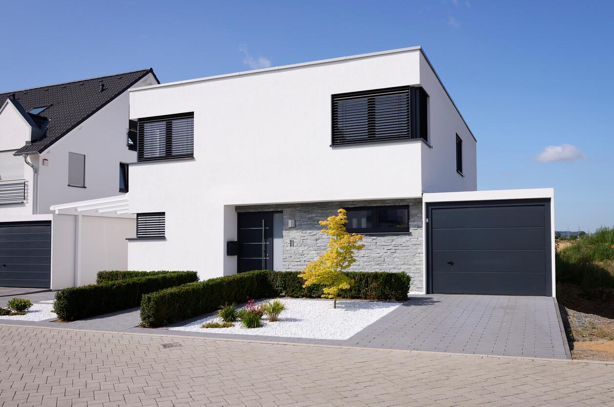 Modernes Einfamilienhaus in Köln - Widdersdorf mit weißer Garage // Quelle: Istock